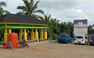 Pemasangan Baliho Covid-19 di Posko Sulau